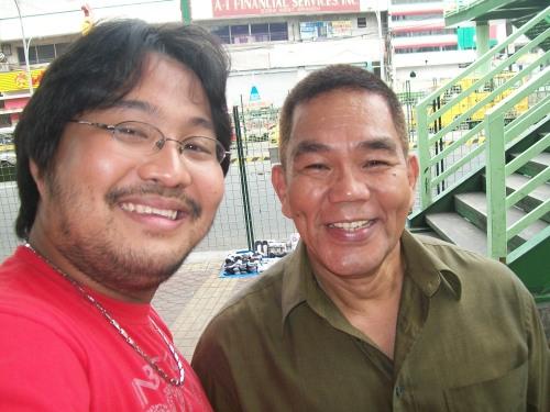 Si Xiao Chua kasama ang idoloniyang si Bernard Factor Canaveral.  Kuha ni Xiao Chua.