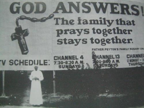 Si Padre Peyton sa harapan ng billboard ng Family Rosary Crusade sa Pilipinas.