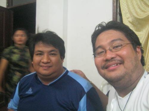 Si Xiao Chua kasama si Prop. Randy R. Gigawin, October 25, 2013.  Mula sa Koleksyon ng Sinupan ng Aklatang Xiao Chua.