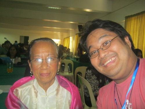 Si Xiao Chua at Dr. Alicia Magos, November 28, 2012, Guimaras.  Mula sa Koleksyon ng Sinupan ng Aklatang Xiao Chua.