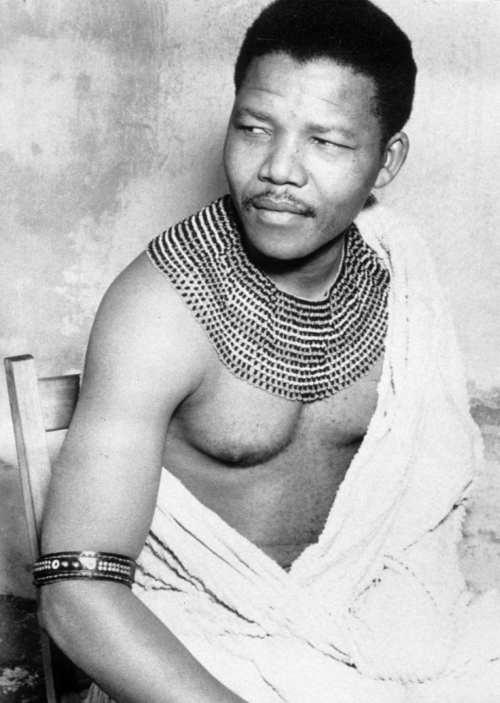 Si Mandela na tumutungo sa kanyang paglilitis suot ang tradisyunal na kasuotan ng kanyang dugong bughaw na pamilya.