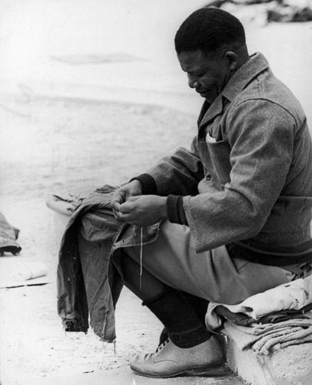Si Mandela habang inaayos ang kanyang kasuotan sa piitan.