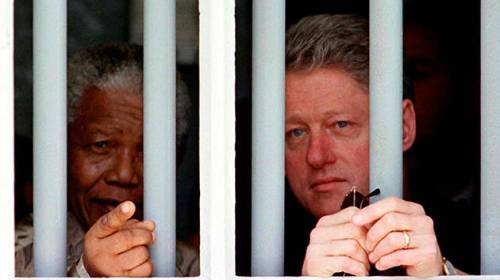 Si Mandela at si Pangulong William Jefferson Clinton na nagmo-moment sa loob ng naging piitan ni Nelson Mandela sa Robben Island.