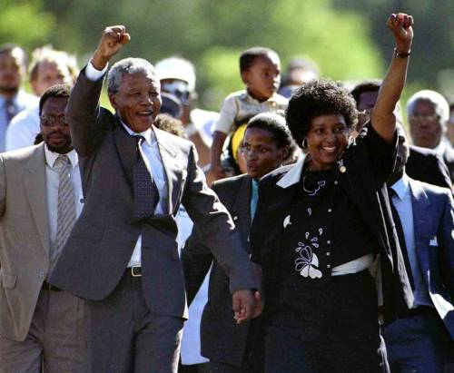 Nang mapalaya si Nelson Mandela mula sa piitang Victor Verster habang hinahawak ang kamay ng kanyang asawa na si Winnie, 11 February 1989.