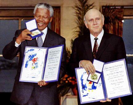 Si Mandela at si Pangulong F. W. de Clerk habang tinatanggap ang kanilang mga premyo Nobel, 1993.