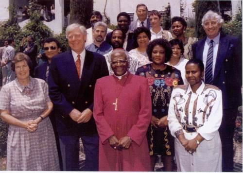 Si Arsobispo Desmond Tutu, kaibigan at kaisa sa pakikibaka ni Mandela, at ang kanyang mga kasama sa Truth and Reconciliation Commission.