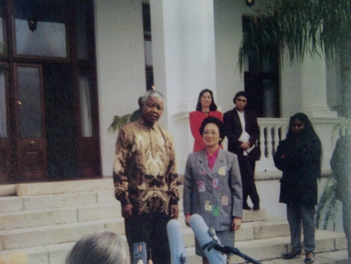 Si Nelson Mandela at si Pangulong Corazon Aquino ng Pilipinas.